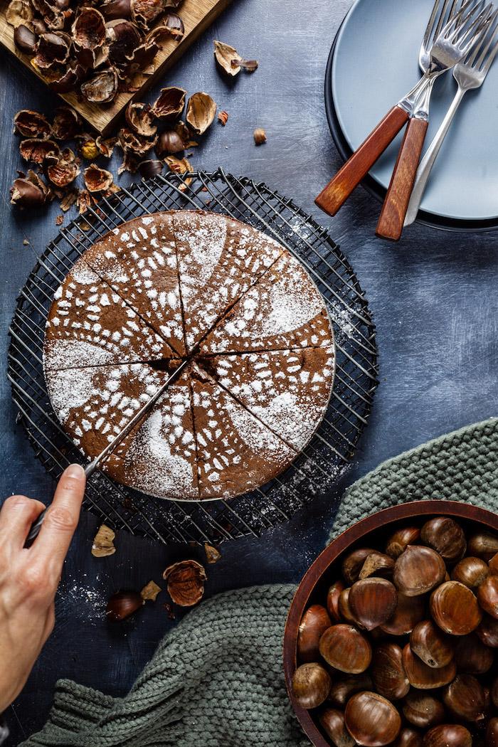 schokoladen keks mit kastanien schnell zubereiten mit puderzucker in stücke schneiden