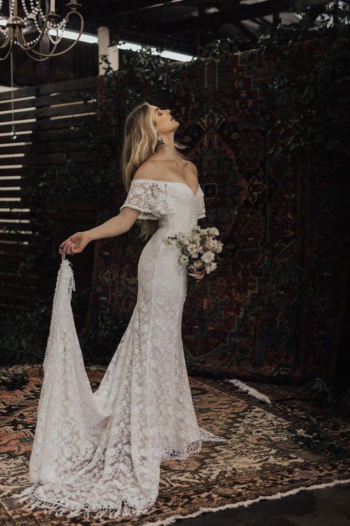 schulterfreies boho hochzeitskleid spitze und schleppe böhmische hochzeit inspiration minimalistischer blumenstrauß braut mit blonden haaren rustikaler setting