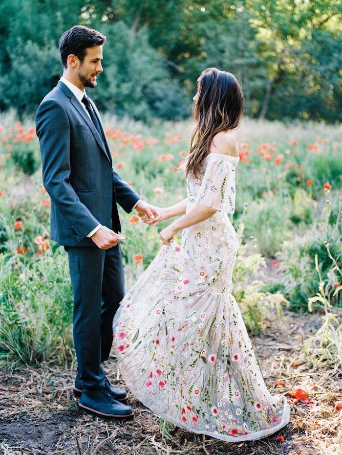 schulterfreies buntes boho brautkleid bestickt mit blumen cremefarbenes kleid böhmischer chic stil bräutigam im blauen anzug romantische hochzeit