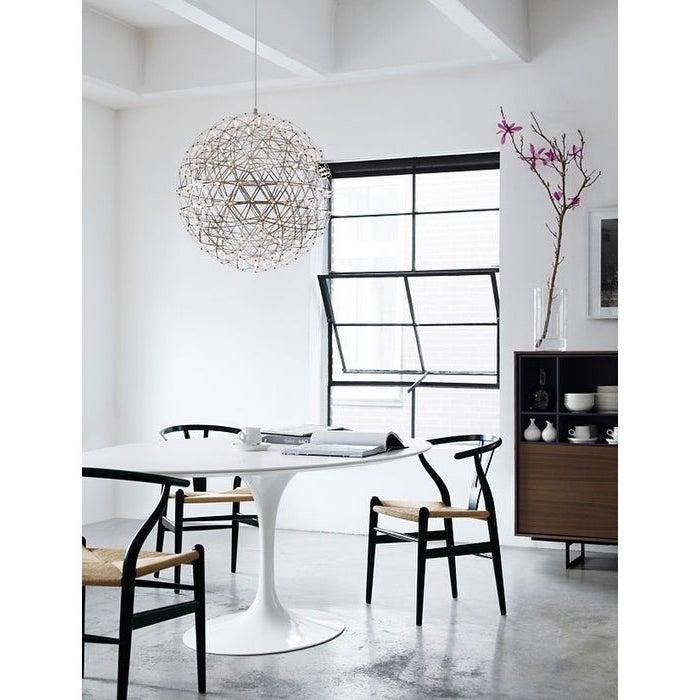 schwarze esszimmerstühle weißer esstisch kommode aus holz runder kronleuchter skandeko skandinavische inspiration inneneinrichtung esszimmer ideen scandic design