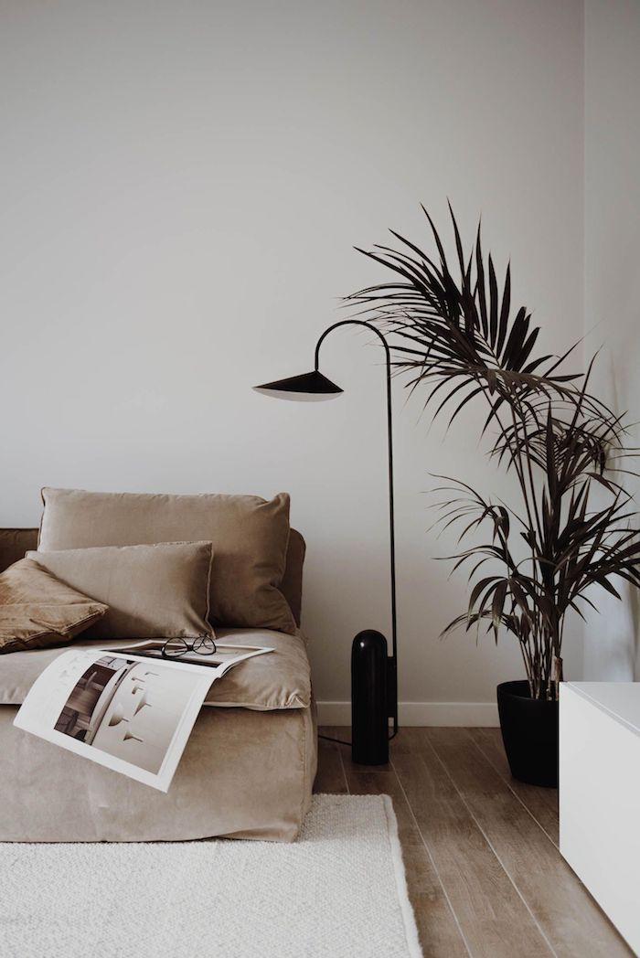 schwarze moderne stehlampe minimalistisches interior design 2020 interior trends hellbraunes sofa wohnzimmer einrichtungsideen modern stilvolle deko grüne pflanze