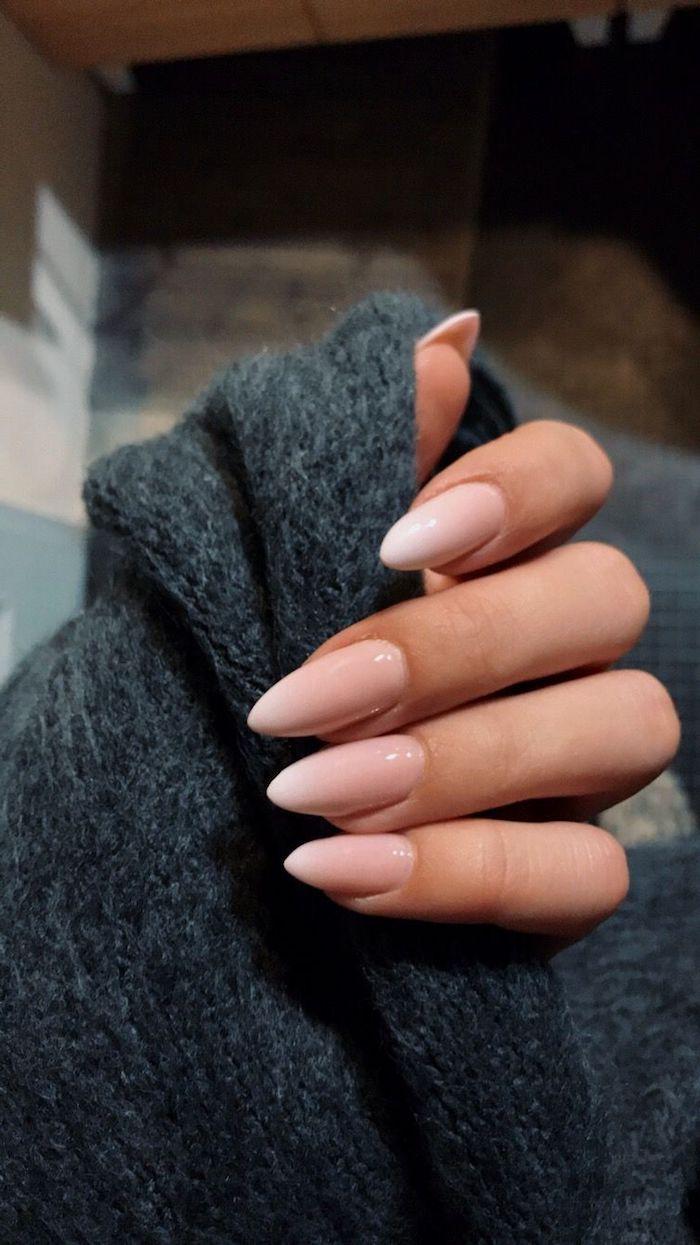 schwarzer pullover fingernägel mandelform lang minimalistisches nageldesign trend babyboom nägel ideen und inspo maniküre modern