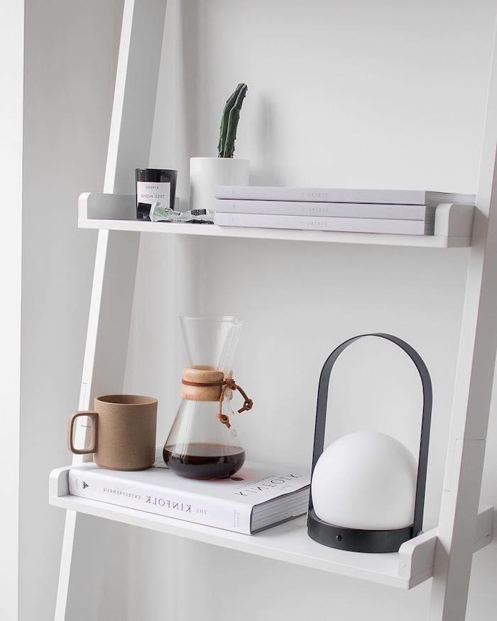 schwimmende regale weiß skandinavische wohnaccessoires originelle lampe braune porzellan tasse wohnung minimalistisch skandinavisch einrichten
