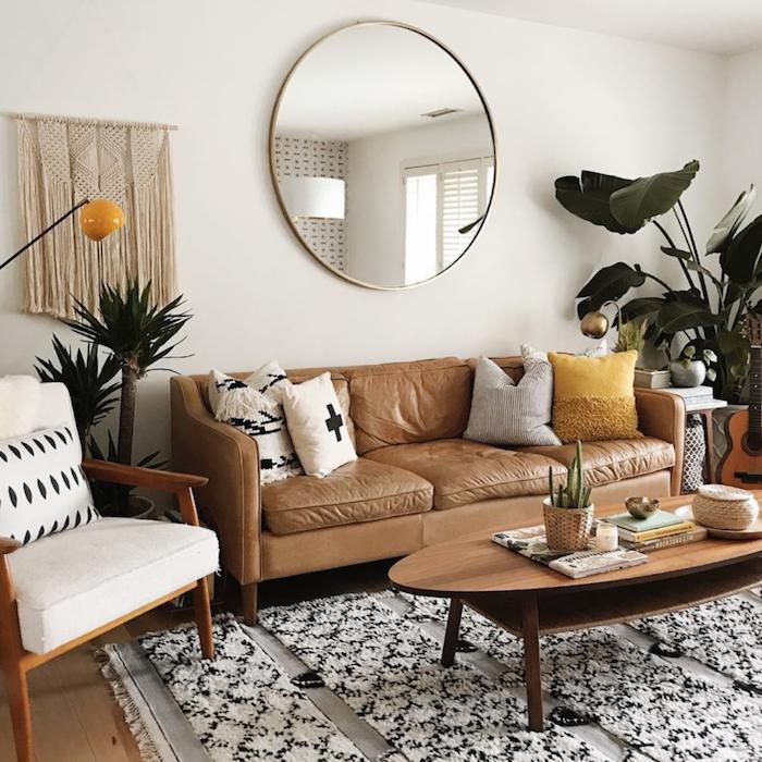 stilvolle deko wohnzimmer ideen kleine wohnungen großer runder spiegel grauer couch mit bunten kissen kaffeetisch aus holz sessel weiße polsterung schwarz weißer teppich große grüne pflanze