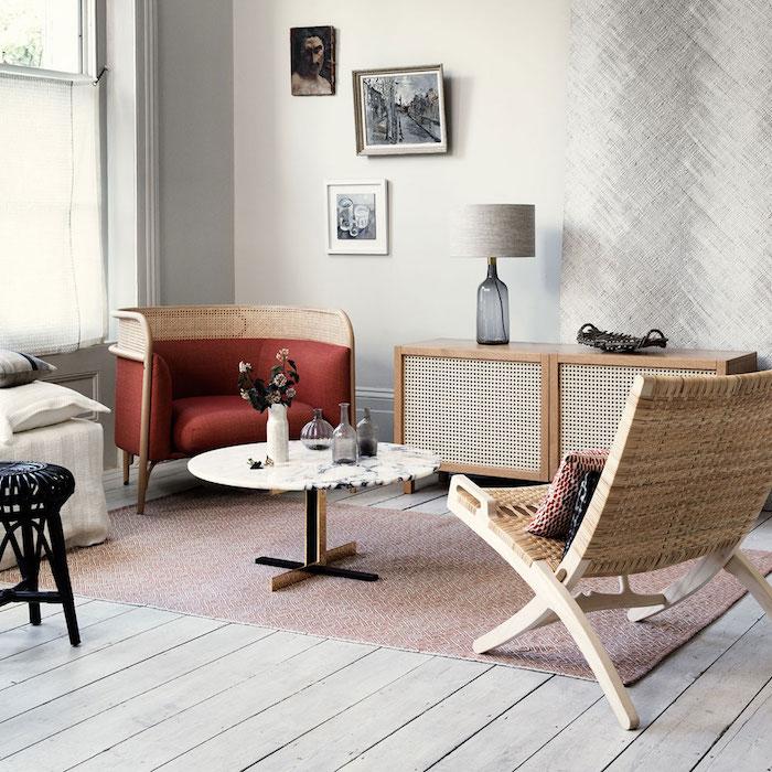 stilvolle deko für das wohnzimmer modern einrichten grauer farbton rosa teppich roter sessel kleine bilder an die wand runder kaffeetisch vintage schrank aus holz einrichtungsideen zimmer