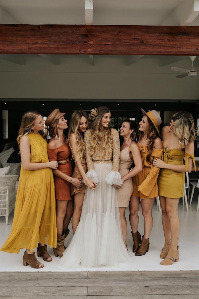 stylische brautkleider 2021 tendenzen boho chic style brautjungfer gelber kleider weiß goldenes hochzeitskleid lange ärmel senf farbe hochzeitsideen
