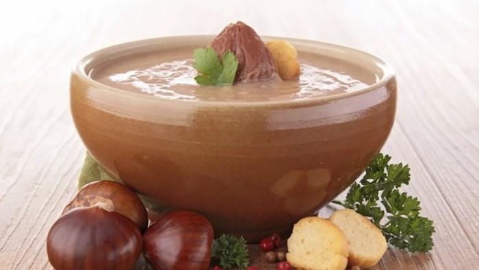 suppe mit maronen kochen rezept schüssel mit warmer kastaniensuppe in herbst