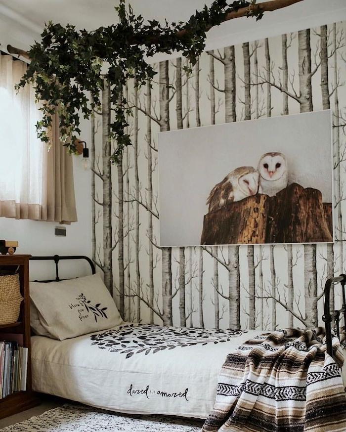 teenager schlafzimmer einrichten deko birkenstamm tapete großes bild von zwei eulen grüne hängende pflanzen boho chic einrichtung