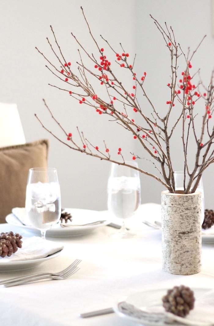 tischdeko inspiration vase birken deko inspo herbstdekoration ideen tannenzapfen auf tellern gedeckter tisch besondere anlässe