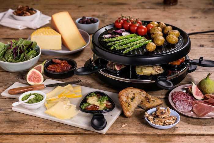 tischgrill mit spargeln kleinen roten tomaten und kartoffeln käse für raclette kleies pfännchen für raclette zuatten