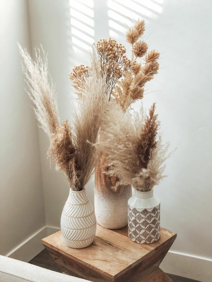 trockenblumen deko vasen mit trockengras tischdeko in skandinavischem stil skandi wohnen ideen