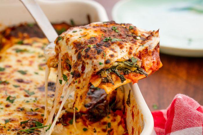 vegetarische gerichte chefkoch für gäste lasagna mit tomaten süßen kartoffeln schnitt