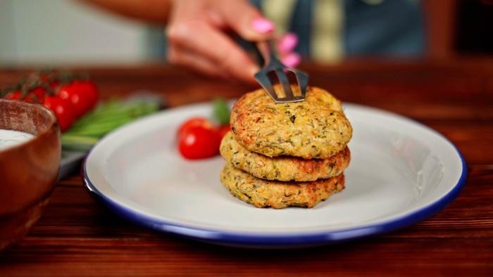 vegetarische gerichte gebackene zucchini fritters rezept archzine studio mittagessen für gäste