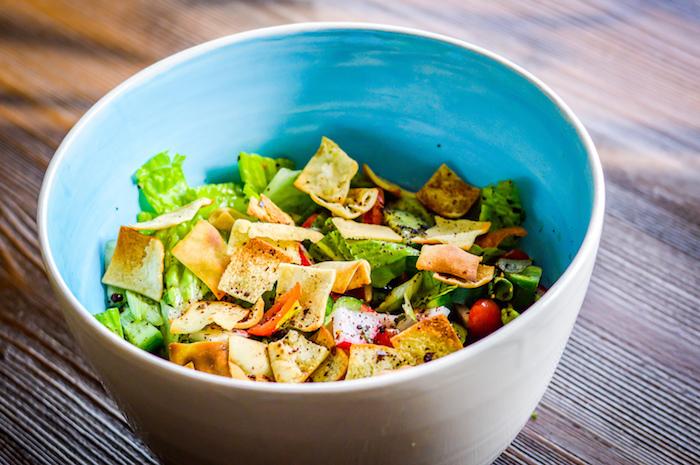 vegetarische küche schnelle rezepte mittagessen grünsalat mit anderen gemüsen in blauer schüssel