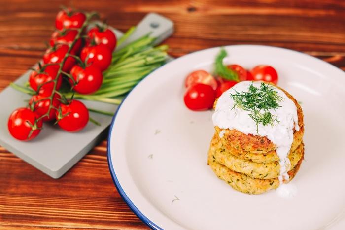 vegetarisches mittagessen einfach und schnell gebackene zucchini fritters mit speisekürbis und tzatziki soße