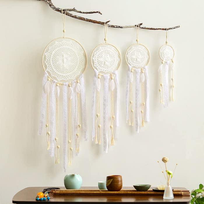 vier aufgehängte traumfänger auf einem zweig originelle makramee wanddeko diy wohnzimmer großer tisch holz dekoration wohnzimmer