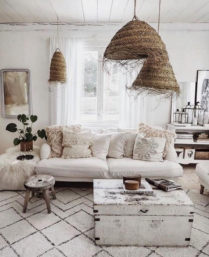 vintage innenausstattung inspiration boho chic einrichtung wohnzimmer einrichtungsideen holzkiste weiß monochrome farbgestaltung stilvolle deko weiße kissen stricklampem