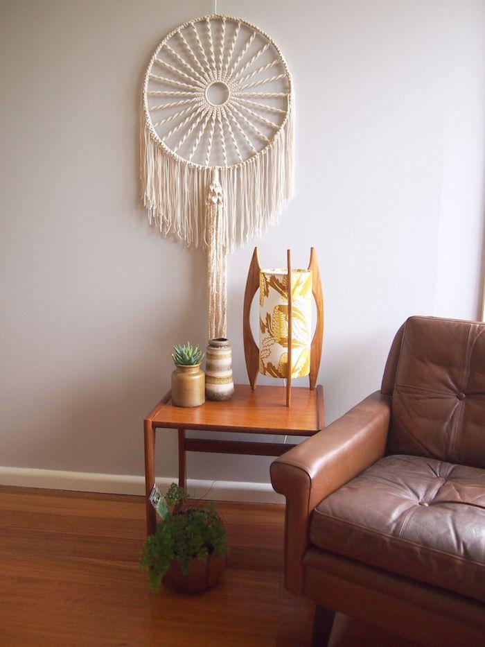 wanbehang inspiration brauner ledersessel kreative gelbe tischlampe grüne pflanze makramee traumfänger diy dekoration wohnzimmer ideen inspo