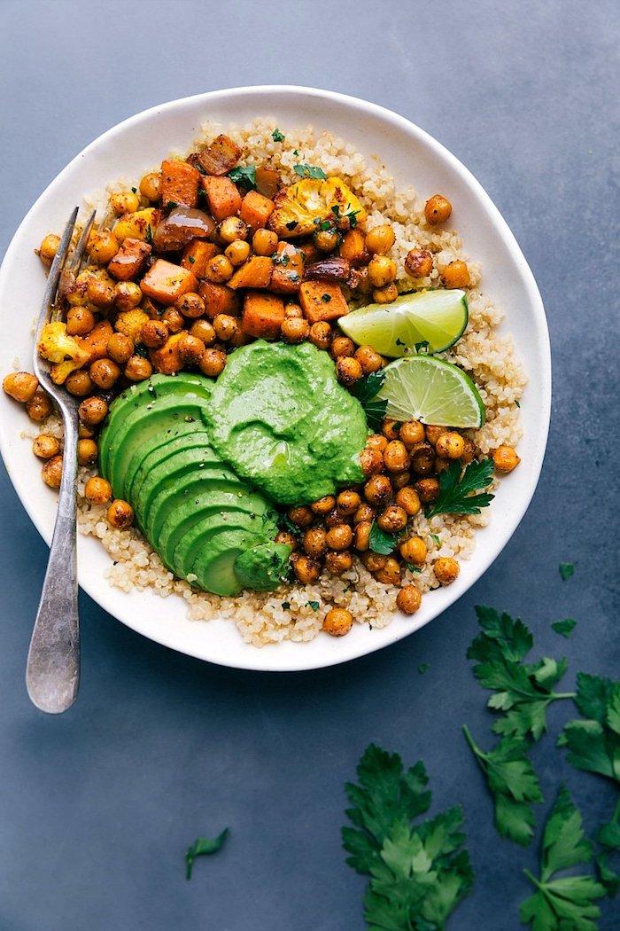 was koche ich heute vegetarisch buddha bowl mittagessen kichererbse avocado süße kartoffel quinoa limette