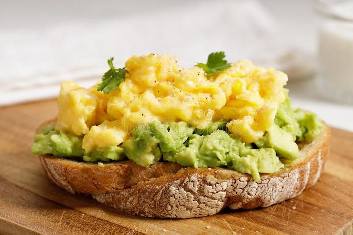 was koche ich heute vegetarisch frühstück toast mit rührei und avocado lecker gesund