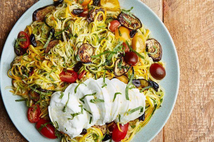 was koche ich heute vegetarisch gesunde vegetarische rezepte mittagessen zucchininudeln mit aubergine und mozzarella cherrytomaten