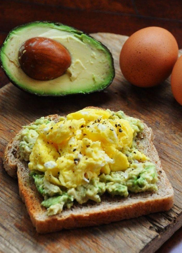 was koche ich heute vegetarisch schnelle rezepte für vegetarisches frühstück rührei mit avocado toast