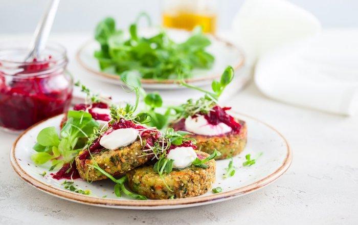 was koche ich heute vegetarisch vegetarisches abendessen frikadellen aus quinoa und broccoli in weißem teller mit salat