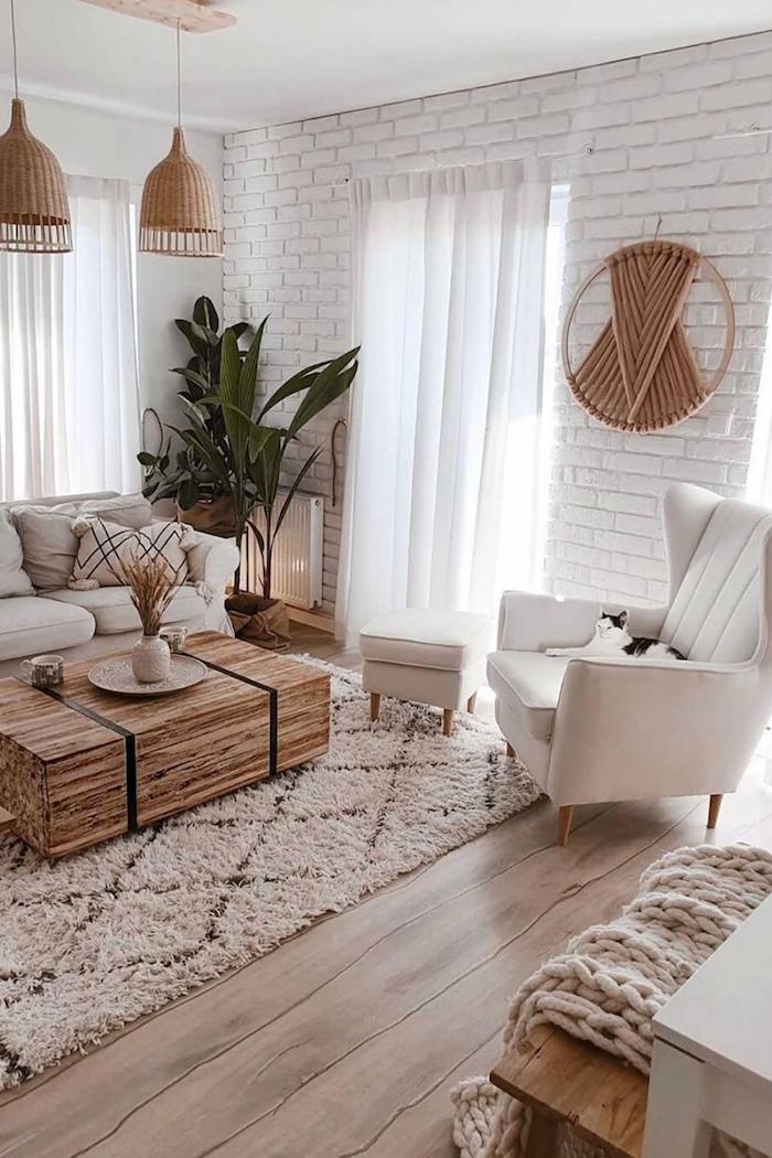 weiße ziegelsteinwand wanddeko aus holz lange weiße gardinen holzkasten wohnzimmer einrichten beispiele grüne pflanze interior design minimalistisch