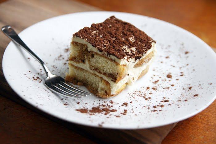 weißer teller mit einem kuchen mit schokolade eine gabel kuchen rezepte einfach und schnell mit wenig zutaten