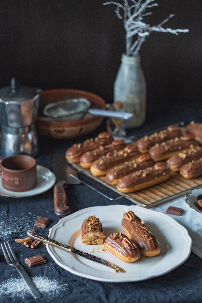 weißer teller mit langen spanischen churros con chocolate ein messer vase mit deko schneller kuchen mit wenig zutaten rezept