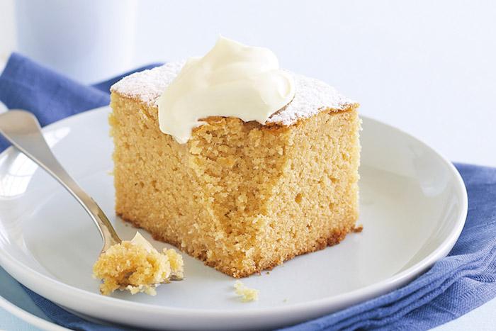 weißer teller mit stück kuchen mit sahne kuchen rezepte einfach und schnell mit wenig zutaten schneller kuchen