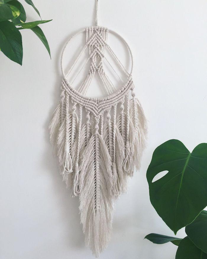 weißer traumfänger boho kreativer wandgehäng boho chic style große grüne pflanzen wohnzimmer einrichtung böhmisch makramee traumfänger