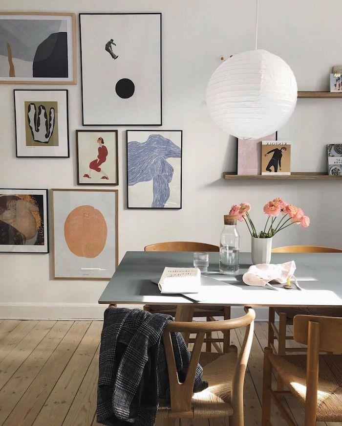 wohnzimmer mit essbereich wohnzimmerwand ideen inspiration moderne abstrakte bilder vase mit pinken blumen offene regale weiße hängende lampe minimalistische interior einrichtung