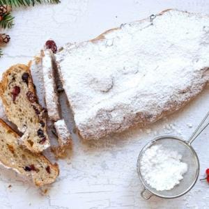 äste und eine weihnachtöliche dekoration ein weihnachtsgebäck rezept ein stollen mit mandeln rosinen und zitronat