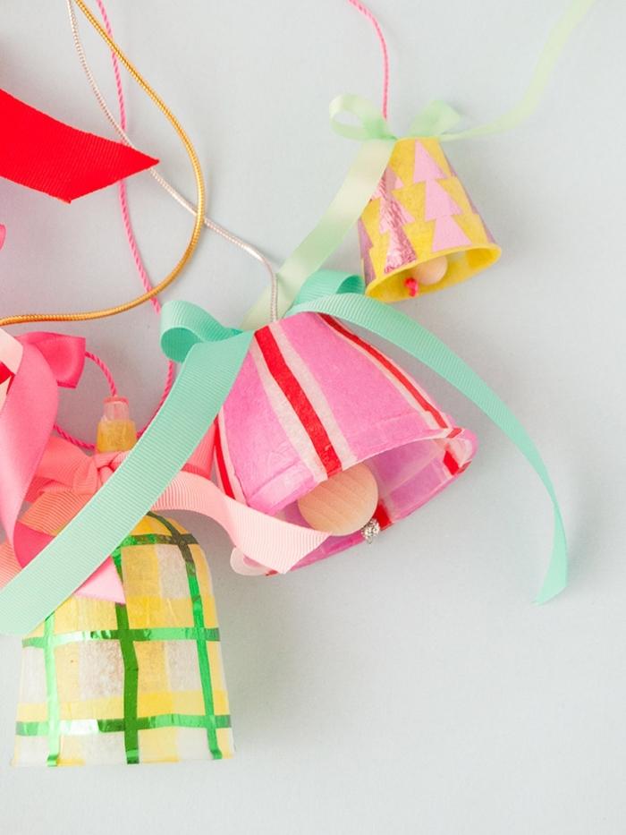 1 weihnachtsbasteln mit kindern weihanchtsglöckchen in bunten farben dekoriert mit schleifen diy ideen zu weihanchten