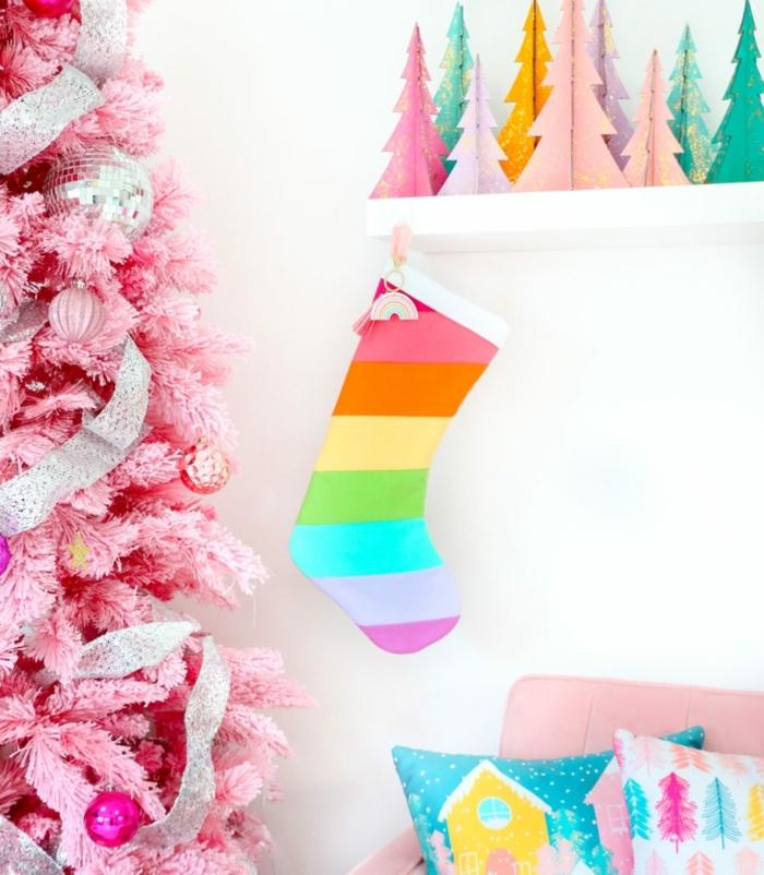1 weihnachtsbasteln mit kindern weihanchtssocke in den regenbogenfarben wohnung festlich dekorieren winterdeko rosa tannanbaum