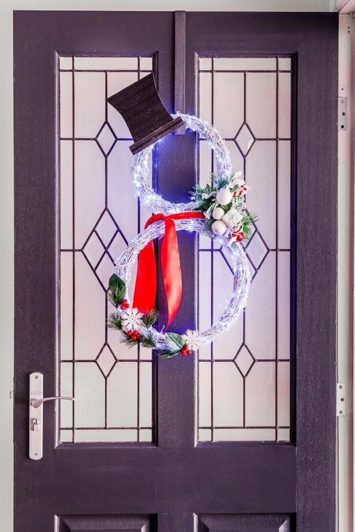 1 winterdeko basteln ideen und anleitungen türkranz schneemann dekoriert mit lichterkette winterkranz