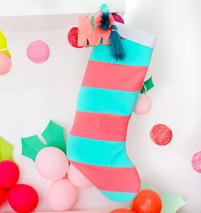 4 weihnachtsliches basteln mit kindern weihanchtssocke in rosa und blau diy deko zu weihnachten farbenfrohe deko