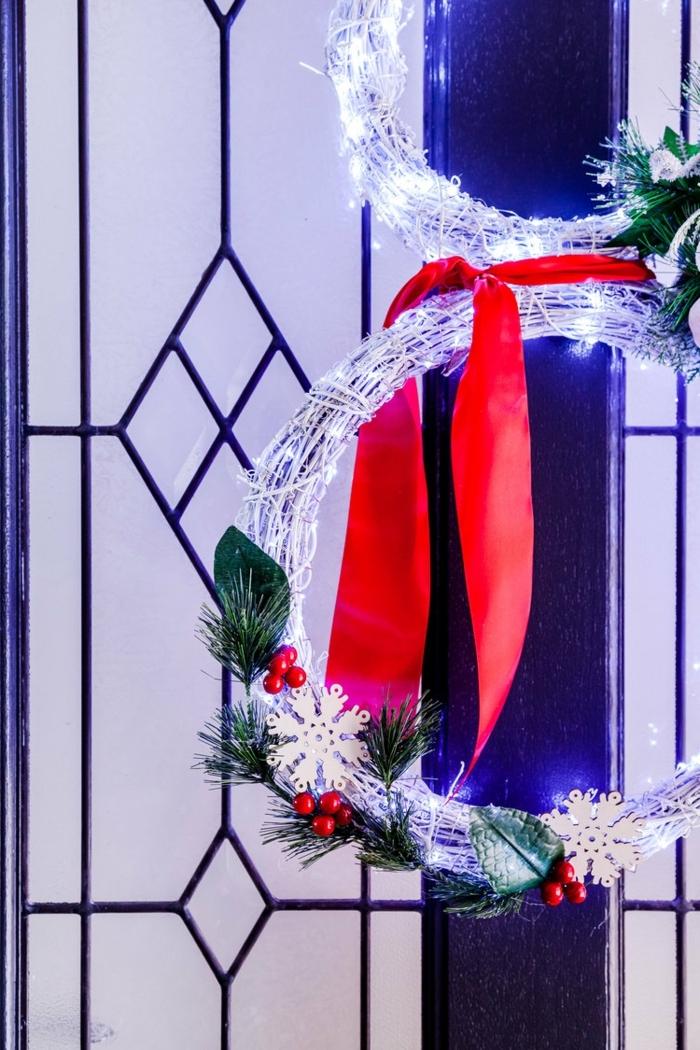 4 winterdeko basteln schritt für schritt türkranz selber machen schneeman rote schleife led licht kpnstliche dekorationen