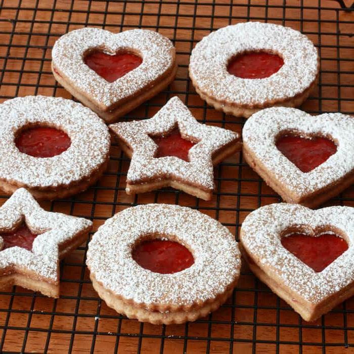 linzerkekse verschiedene formen herzen sterne kreise omas spitzbuben rezept weihnachtsrezepte für leckere plätzchen kekse aufgestellt auf grillrost