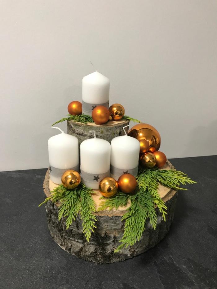adventskranz baumscheibe ideen vier weiße kerzen goldene weihnachtskugeln tannenzweige simpel