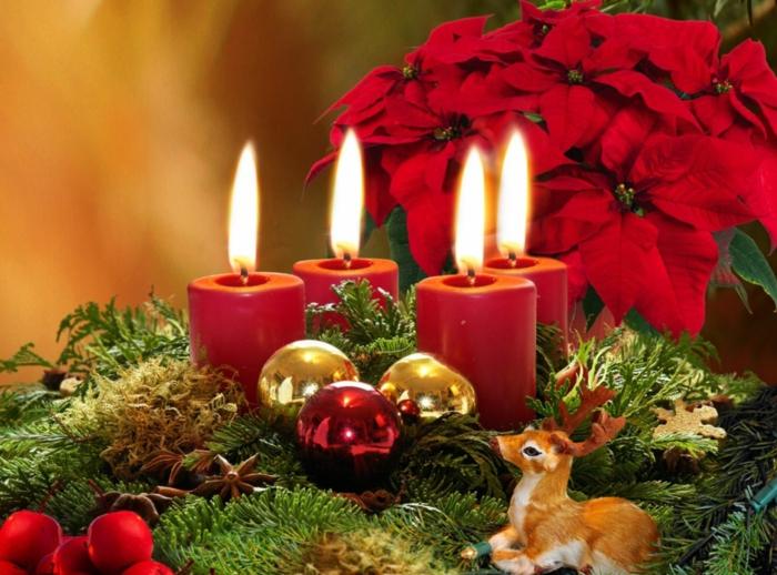 adventskranz baumscheibe selber machen viel moos und tannenzweige vier rote kerzen gold rot kugel weihnachtsstern