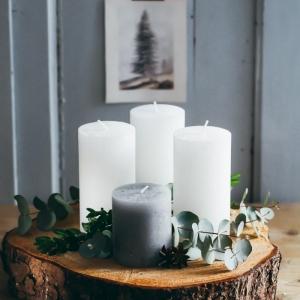 adventskranz baumscheiben selber machen simpel aussehend vier große kerzen in silber grüne zweige zimt