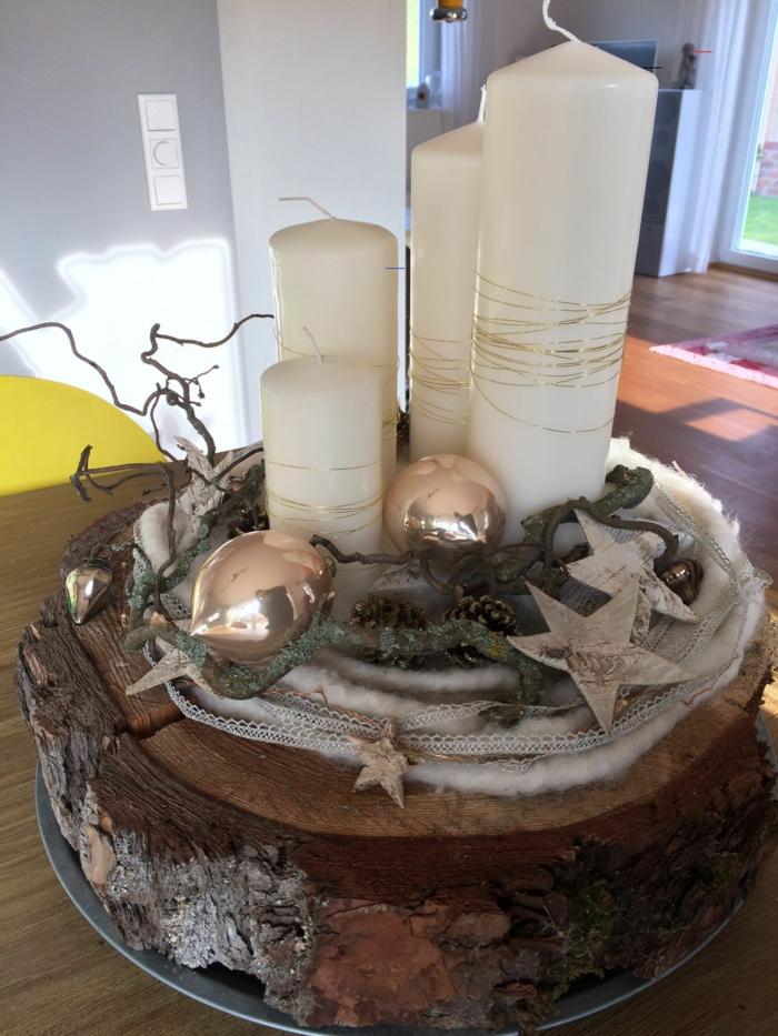 adventskranz holzscheibe diy vier kerzen goldene weinachtsbälle sterne tannenzweige kunstschnee