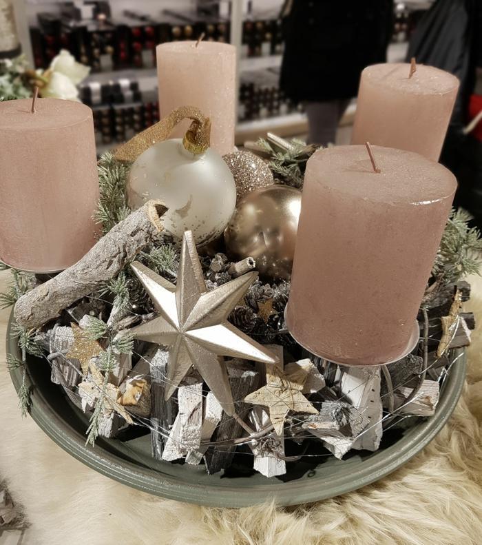 holz adventskranz mit weihnachtskugeln und rosa kerzen