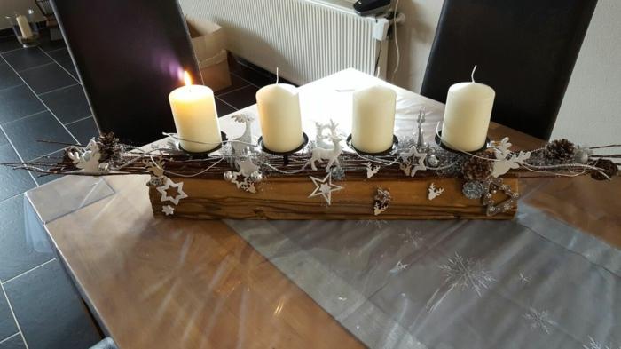 adventskranz holzscheibe selber machen adventskranz auf alten balken basteln vier kerzen kleine sternen