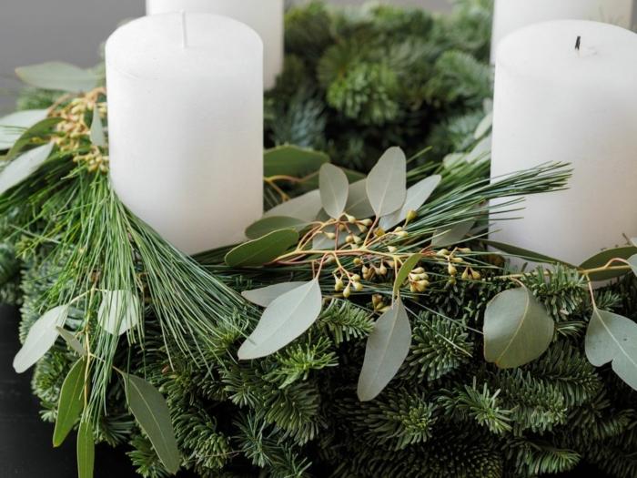 adventskranz holzscheibe selber machen tannenzweige eukalyptus vier weiße kerzen