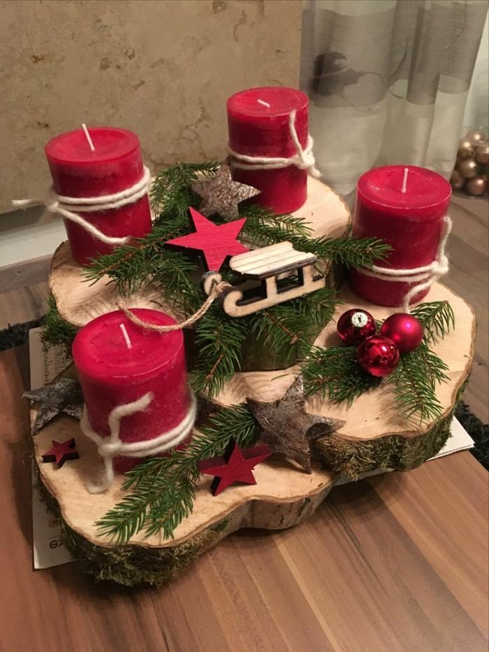 adventskranz holzscheibe weihnachtsdeko selber machen mehrere scheiben rote kerzen tannenzweige rote kugeln sterne schlitten