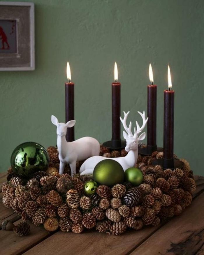 adventskranz modern selber machen viele zapfen vier dunkelrote kerzen hirschen keramik kugel grün