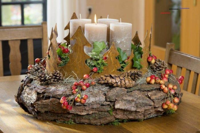 adventskranz selber machen baumrinde verwenden kerzen figuren aus holz tannenzweige weihnachts deko tannenzapfen